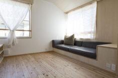 狭小住宅の造り付けソファ