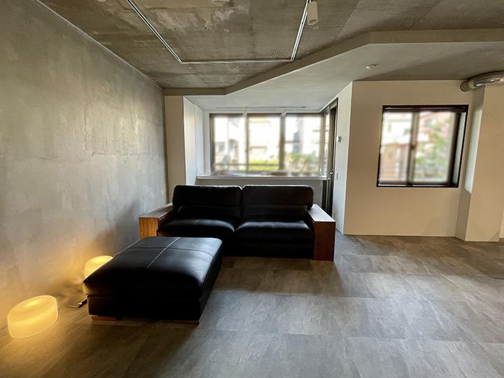 どっしりとした、巨大なソファ、ZEN-WOOD(ゼンウッド)_黒革