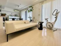 部屋を広く見せる、低いソファ