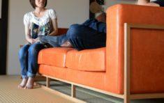 古民家の家に合う、畳に優しいフレームのソファ