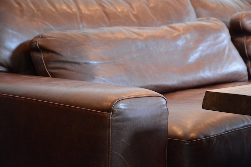 ウォールナット材の一枚板のテーブルに負けないソファを/KOKOROISHIソファのお客様の声