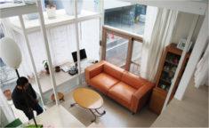ガラス張りの自宅に合う、モダンなソファを見つけました。/KOKOROISHIソファのお客様の声
