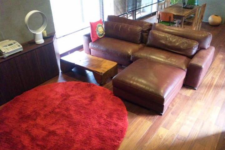 友人たちにも座ってもらえる大きなソファとオットマンで/KOKOROISHIソファのお客様の声