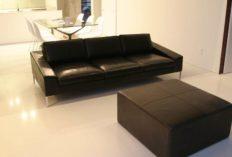 モダンなインテリアに、黒革のソファを