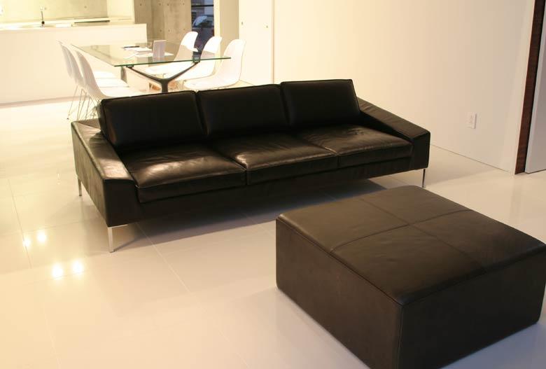 モダンなインテリアに、黒革のソファを/KOKOROISHIソファのお客様の声