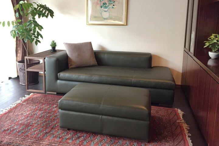グリーン色の革ソファをクラシックな空間に合わせて