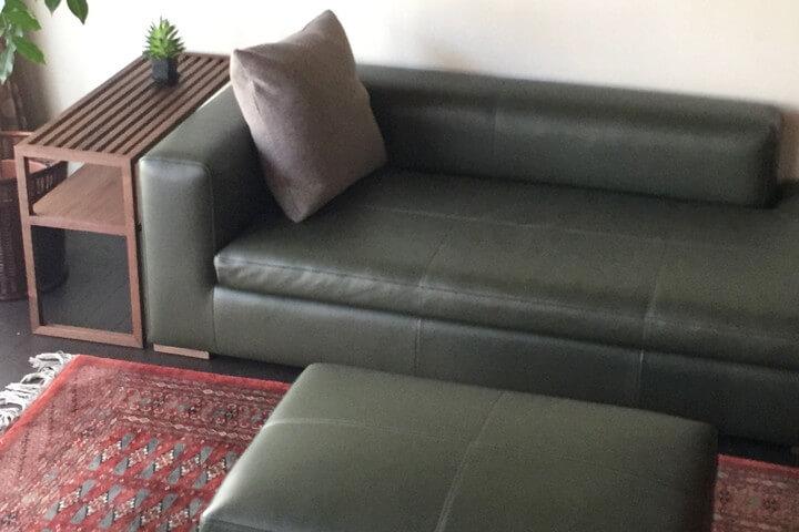 広い座面は床の上に座るよにくつろげるスタイル