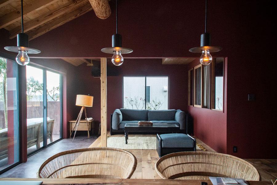 波の音が聴こえる貸別荘で、静かに佇むソファ/KOKOROISHIソファのお客様の声