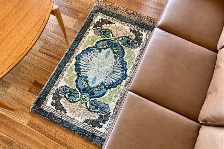 革ソファと鍋島緞通の絨毯
